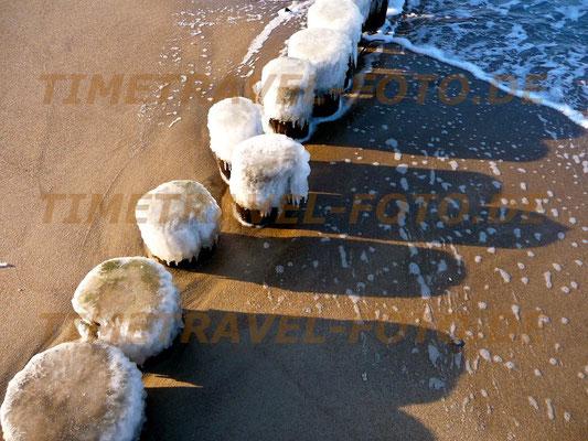Winter an der Ostsee bei Graal-Müritz; die Buhnen sind von Eis überzogen. Foto: Esther Knipschild
