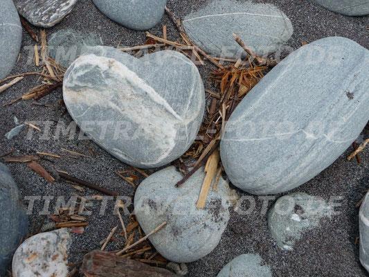 Inmitten von Kieseln und Treibholz entdeckte ich diesen romantisch geformten Stein am Strand der Okarito Lagoon in Neuseeland. (Motiv auch in Hochformat) Foto: Esther Knipschild