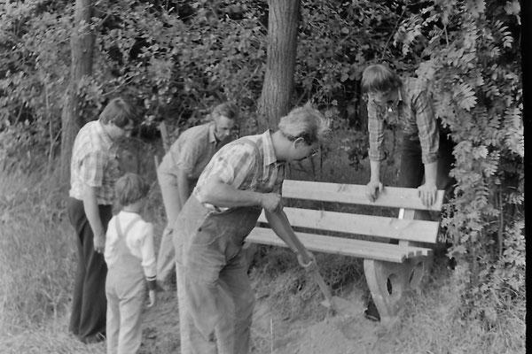Verkehrsverein Eimen: Aufstellen der ersten Bänke Juli 1981