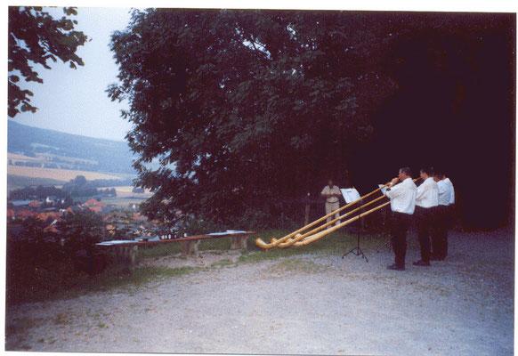 Alphornbläser beim Mettbraten der Heimkehrer 2002