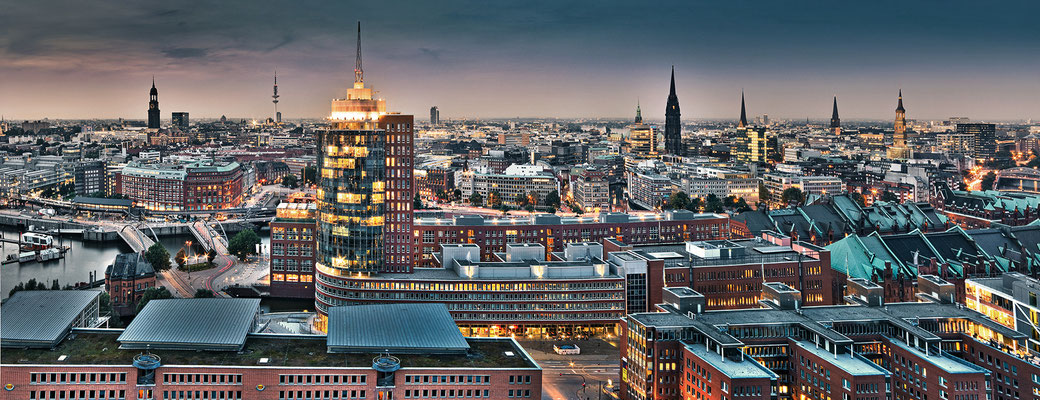 Hamburg Innenstadt II · 195 x 75 cm · Leinwand auf Keilrahmen € 1.030,- · Aludibond: € 1.360,- ·  Acrylglas auf Aludibond: € 1.710,-  · © Stefan Korff