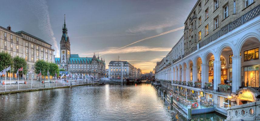 Alsterarkaden mit Rathaus ·  190 x 90 cm · Leinwand auf Keilrahmen: € 1.210,- · Aludibond: € 1.520,- ·Acrylglas auf Aludibond: € 1.870,-  · © Stefan Korff