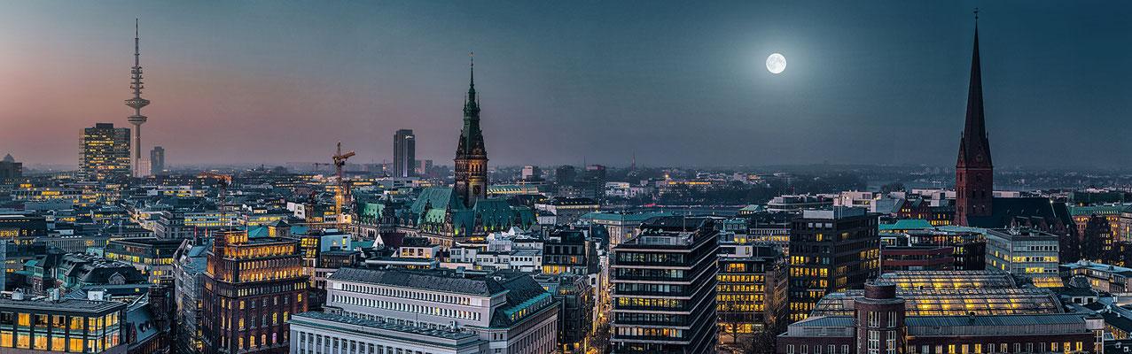 Skyline Hamburg mit Fernsehturm und Alster · 190 x 60 cm · Leinwand auf Keilrahmen: € 820,- ·  Aludibond: € 970,- · Acrylglas auf Aludibond: € 1.240,-  · © Stefan Korff