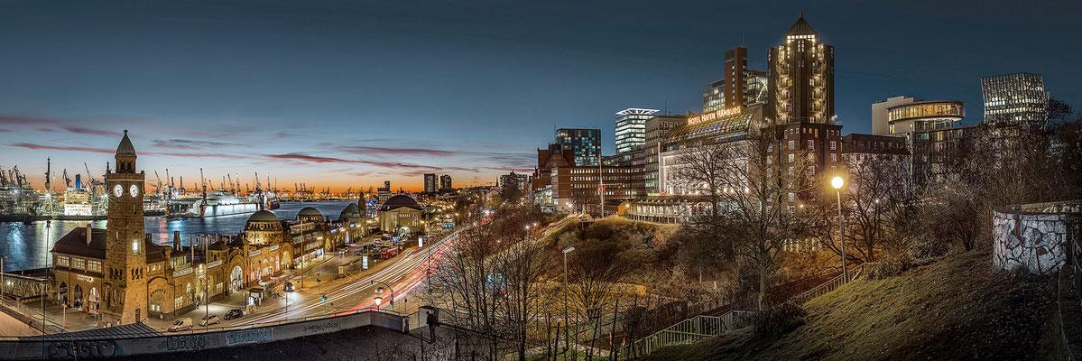 Blick auf Landungsbrücken mit Hotel Hafen Hamburg  · 180 x 60 cm · Leinwand auf Keilrahmen: € 780,- ·  Aludibond: € 950,- · Acrylglas auf Aludibond: € 1.130,-  · © Stefan Korff