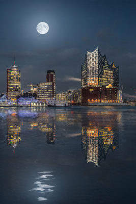 Elbphilharmonie mit Mond hoch · 60 x 90 cm · Leinwand auf Keilrahmen: € 470,- · Aludibond: € 590,- · Acrylglas auf Aludibond: € 710,-   · © Stefan Korff