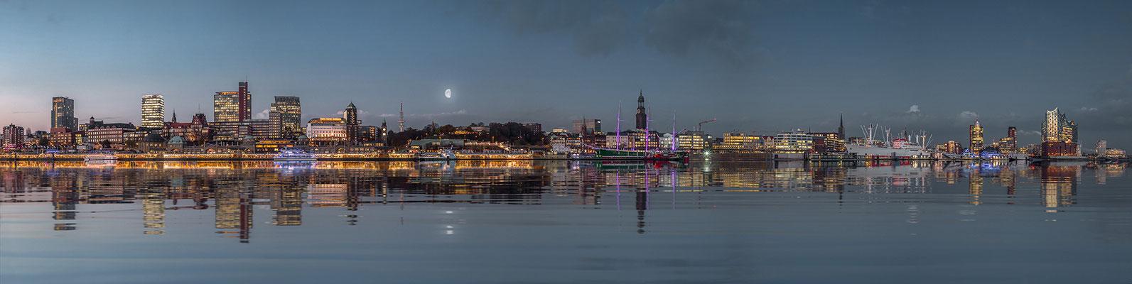 Blick auf Skyline Hamburg · 280 x 70 cm · Leinwand auf Keilrahmen: € 1.390,- ·  Aludibond: € 1.760,-  · Acrylglas auf Aludibond: € 2.190,-  · © Stefan Korff