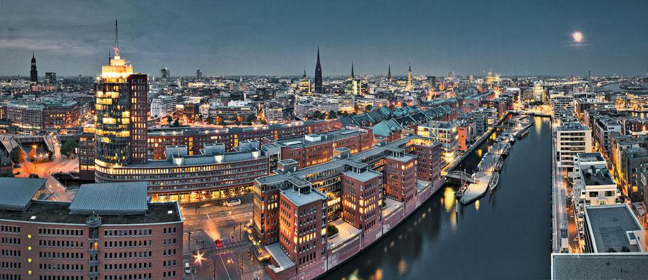 Magellan-Terrassen mit Hamburgs Innenstadt · 210 x 90 cm · Leinwand auf Keilrahmen: € 1.460,- · Aludibond: € 1.790,- ·Acrylglas auf Aludibond: € 2.190,-  · © Stefan Korff