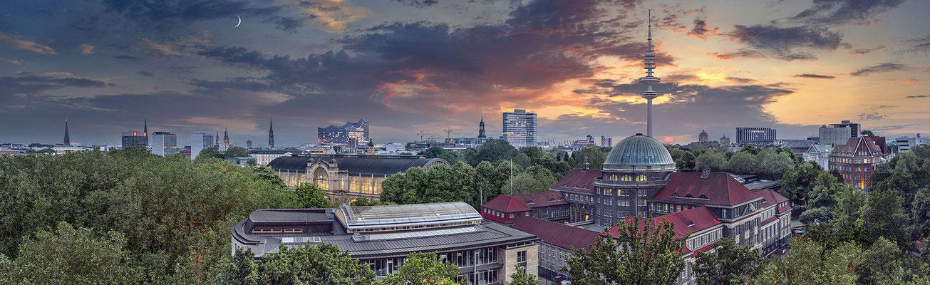 Panorama-Blick auf Hamburgs Innenstadt  ·  230 x 70 cm  ·  Leinwand auf Keilrahmen € 1.260,-  ·  Aludibond: € 1.580,-  ·  Acrylglas auf Aludibond: € 1.890,-  · © Stefan Korff