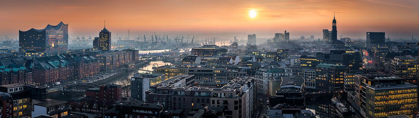 Elbphilharmonie Panorama III  · 250 x 70 cm · Leinwand auf Keilrahmen: € 1.260,- · Aludibond: € 1.590,- · Acrylglas auf Aludibond: € 1.980,-  · © Stefan Korff