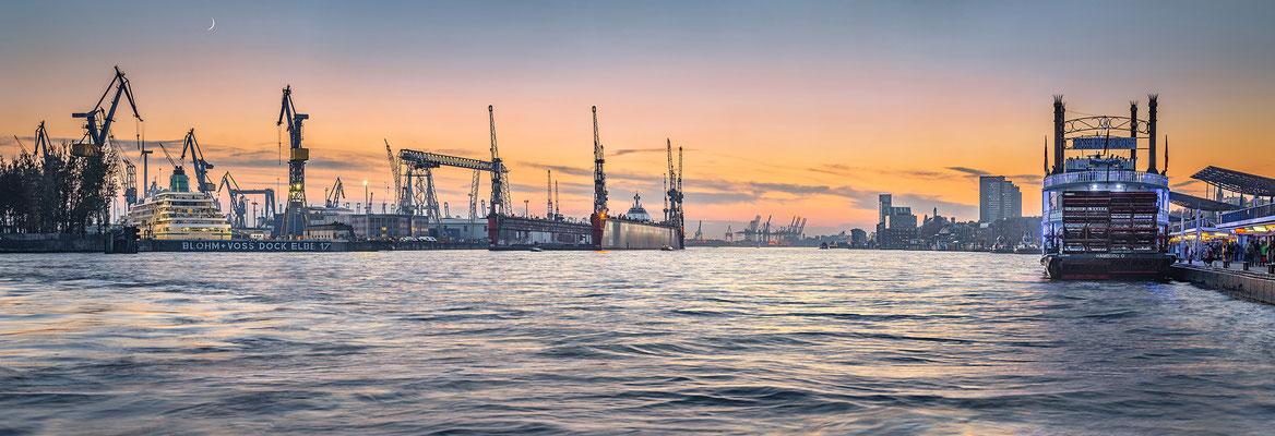 Landungsbrücken und Docks von Blohm + Voss · 280 x 95 cm · Leinwand auf Keilrahmen: € 1.860,- ·  Aludibond: € 2.390,- · Acrylglas auf Aludibond: € 2.890,-  · © Stefan Korff