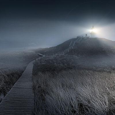 Quermarkenfeuer bei Nacht im Nebel