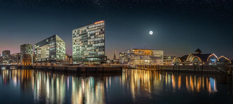 Panorama Hafencity mit Spiegelhaus · 180 x 60 cm · Leinwand auf Keilrahmen: € 940,- ·  Aludibond: € 1.170,- · Acrylglas auf Aludibond: € 1.420,-  · © Stefan Korff