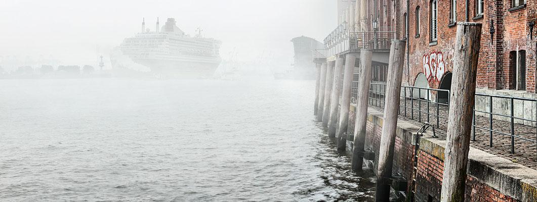 Elbe mit Queen Mary 2 · 160 x 60 cm · Leinwand auf Keilrahmen: € 660,- ·  Aludibond: € 820,- ·  Acrylglas auf Aludibond: € 990,-  · © Stefan Korff