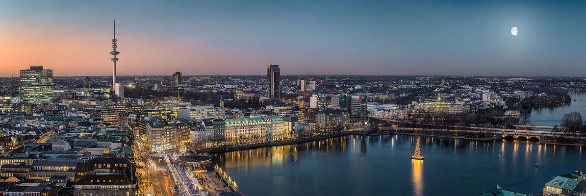 Hamburg Panorama mit Fernsehturm und Binnenalster · 285 x 95 cm · Leinwand auf Keilrahmen: € 1.880,- · Aludibond: € 2.480,- · Acrylglas auf Aludibond: € 2.970,-  · © Stefan Korff