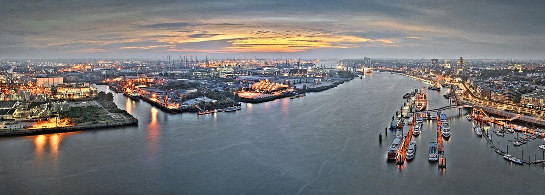 Hamburg an der Elbe · 195 x 70 cm · Leinwand auf Keilrahmen € 1.030,- · Aludibond: € 1.360,- ·  Acrylglas auf Aludibond: € 1.710,-  · © Stefan Korff