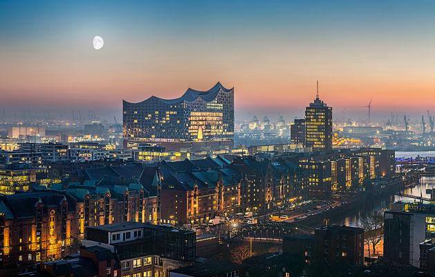 Blick auf Elbphilharmonie mit Speicherstadt und Hafen  · 150 x 95 cm · Leinwand auf Keilrahmen: € 940,- · Aludibond: € 1.160,- · Acrylglas auf Aludibond: € 1.390,-  · © Stefan Korff