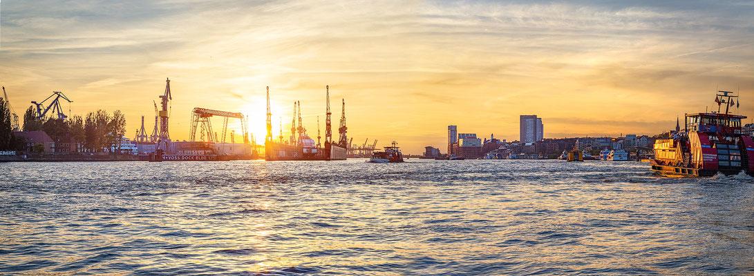 Landungsbrücken und Docks von Blohm + Voss II · 280 x 95 cm · Leinwand auf Keilrahmen: € 1.860,- ·  Aludibond: € 2.390,- · Acrylglas auf Aludibond: € 2.890,-  · © Stefan Korff