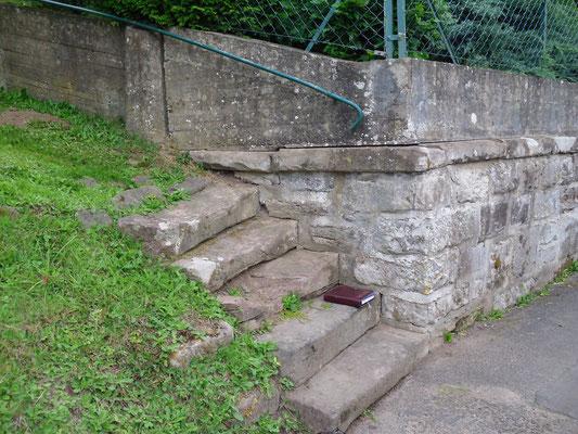 Sandstein-Stützmauer und Treppe - vorher