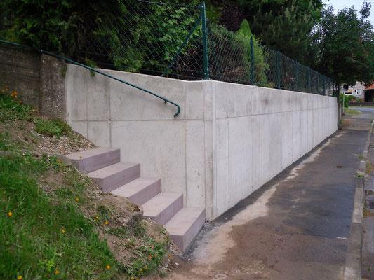 Stahlbeton-Stützmauer und Sandsteintreppe - nachher