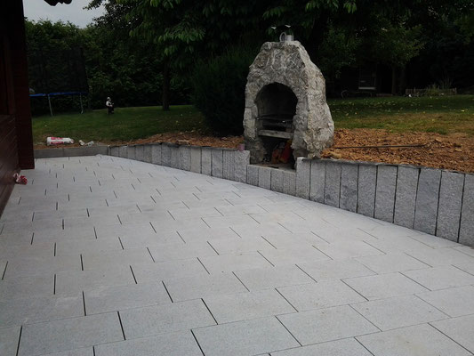 "Terrassenplatten und Stelen aus Granit ""Padang-hell"" Nr. 1"
