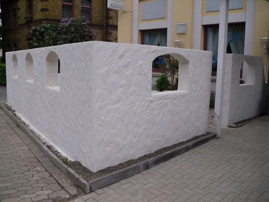 """Mauer mit Segmentbögen und rustikalem Putz """"Restaurant Akropolis Northeim"""""""