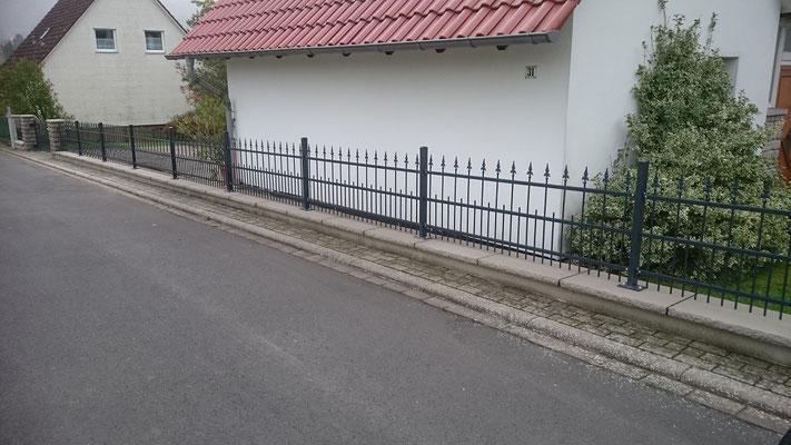 """Sanierte Betonmauer mit """"Obolith-Klassik"""" Abdeckung - nachher"""