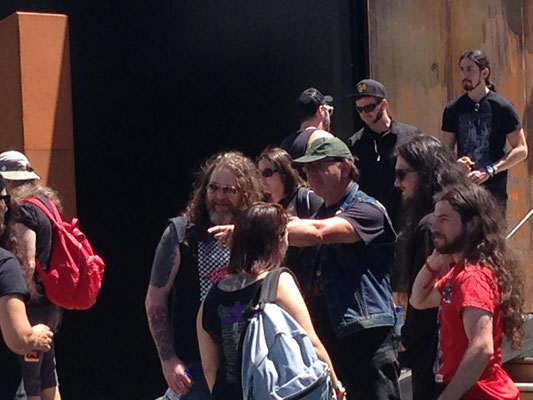 First we meet us and cheered us and we talked about the show and his upcoming tour on bass with Seedy Jesus. In this moment, there were some girls posing in fantasy outfits that didn´t fit them. I showed him.
