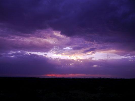 Dunkle Wolken am Abendhimmel