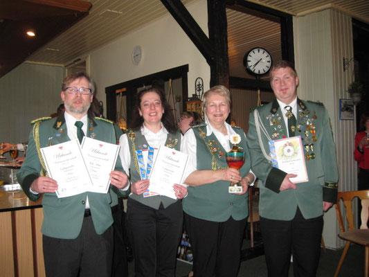König Thorsten Jürs, Königin Andrea Jürs, Pokalgewinnerin, Karin Brinkmann, OLt.Wolfgang Granich überreichte seinen gestifteten Pokal