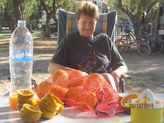 Wir pressen frischen Orangensaft