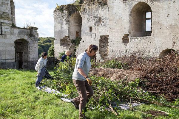 Château de Picquigny, Taille de la grande haie devant le château. Un tas qui grandit, couper ça va vite mais évacuer, débarrasser c'est fastidieux !