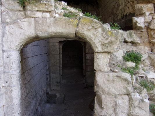Château de Picquigny, La porte en anse de panier porte couloir cuisine avant restauration. La pierre centrale glisse, l'assise de droite est fortement dégradé, etc.