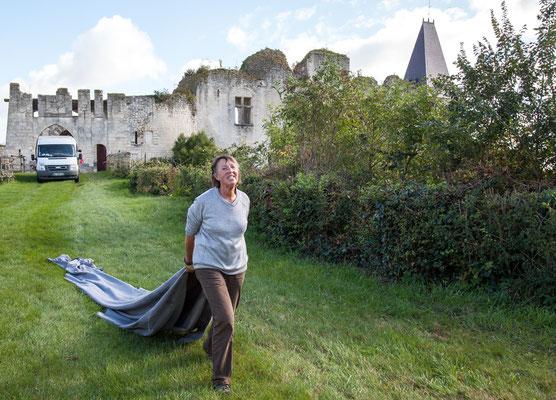 Château de Picquigny, Taille de la grande haie devant le château. Retour de la bâche