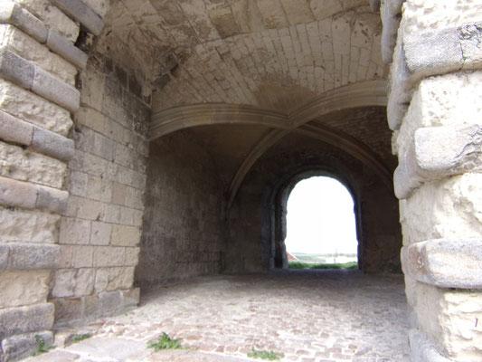 Château de Picquigny le passage voûté. Photo Damien Maupin