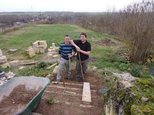 Château de Picquigny. Quentin et Vincent, remise en état de l'escalier au dessus de la porte du Gard