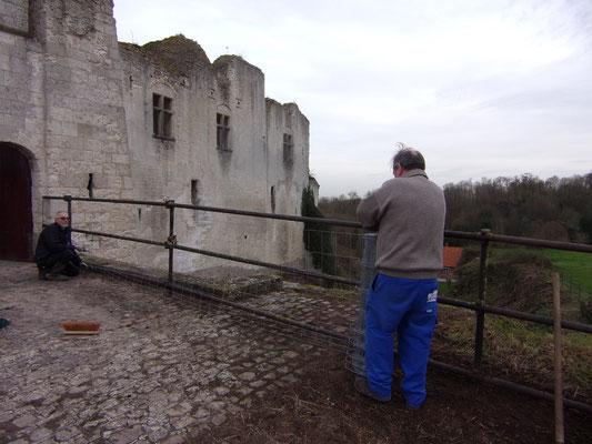 Château de Picquigny. Travaux garde corps avant la barbacane.  Patrick et Patrice