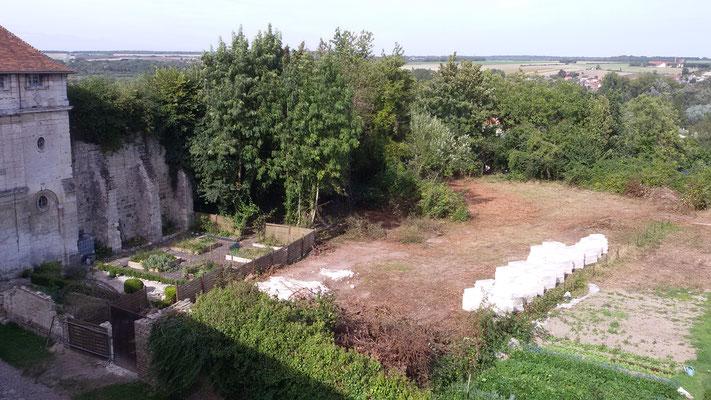 Le jardin défriché, les pierres en attente du chantier, château de Picquigny