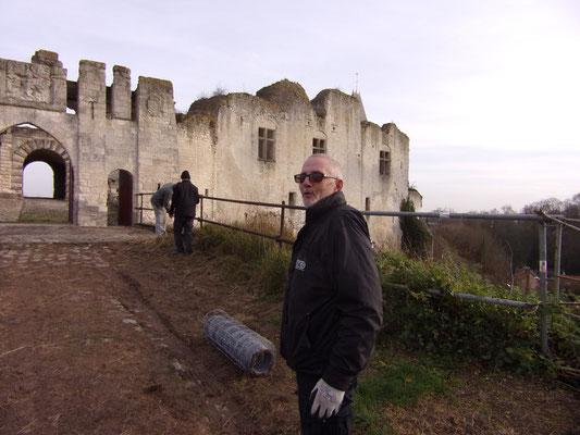 Château de Picquigny. Travaux garde corps avant la barbacane. Patrick aux commandes