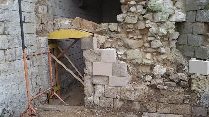 Château de Picquigny, Travaux linteau en anse de panier porte couloir cuisine. Le linteau déposé, reprise de maçonnerie du mur de droite