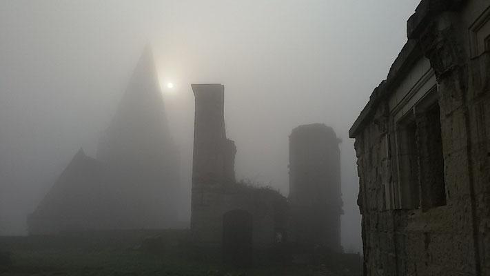 Château de Picquigny, la collégiale vue du château un matin de brume mars 2016. Photo Damien Maupin