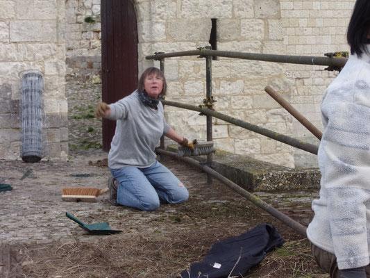 Château de Picquigny. Travaux garde corps avant la barbacane. Christine heureuse