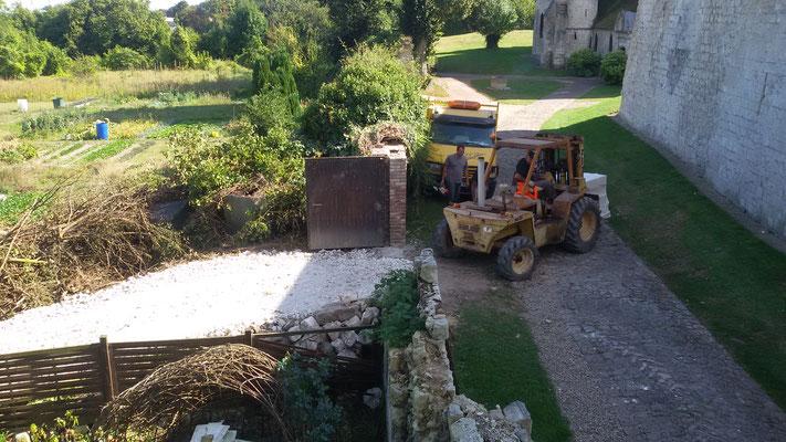 livraison des pierres par les jardins château de Picquigny