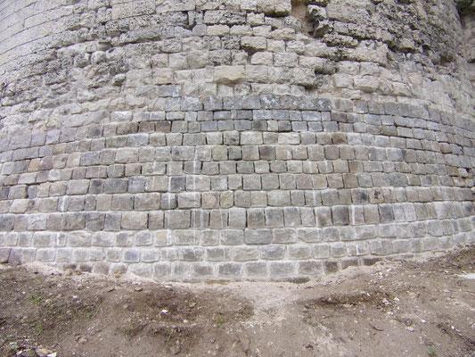 Château de Picquigny, travaux finis de la base en grès de la tour sud-ouest 2015