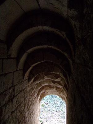 Château de Picquigny couloir d'accès à la cave de la tour sud-est, voûtes à ressaut. Photo Damien Maupin