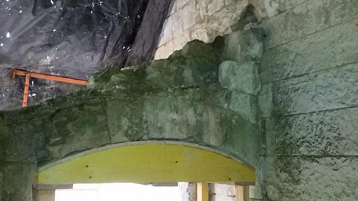 Château de Picquigny, Travaux linteau en anse de panier porte couloir cuisine. La voûte intérieure en arc surbaissé renforcée par coffrage pour les travaux. Les joints ont été recreusés et un coulis de chaux+sable 1/3 a été coulé.
