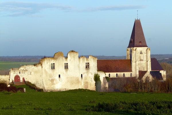 Château de Picquigny, façade sud vue générale de l'enceinte castrale incluant la collégiale. Photo Patrice Lenne