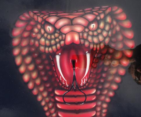 Cobra Design auf Stahlplatte