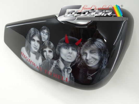 AC DC Band Portrait im Miniaturformat (Kopfbreite nur ca 4 cm)