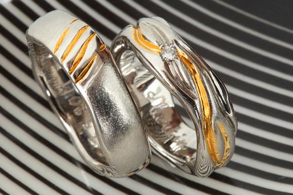 Alliances en or blanc 750 , traitement bicolore et 3 diamants gris