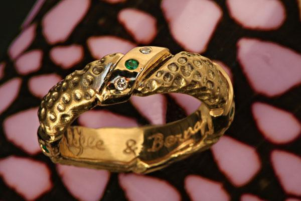 Alliance or jaune diamants et émeraudes